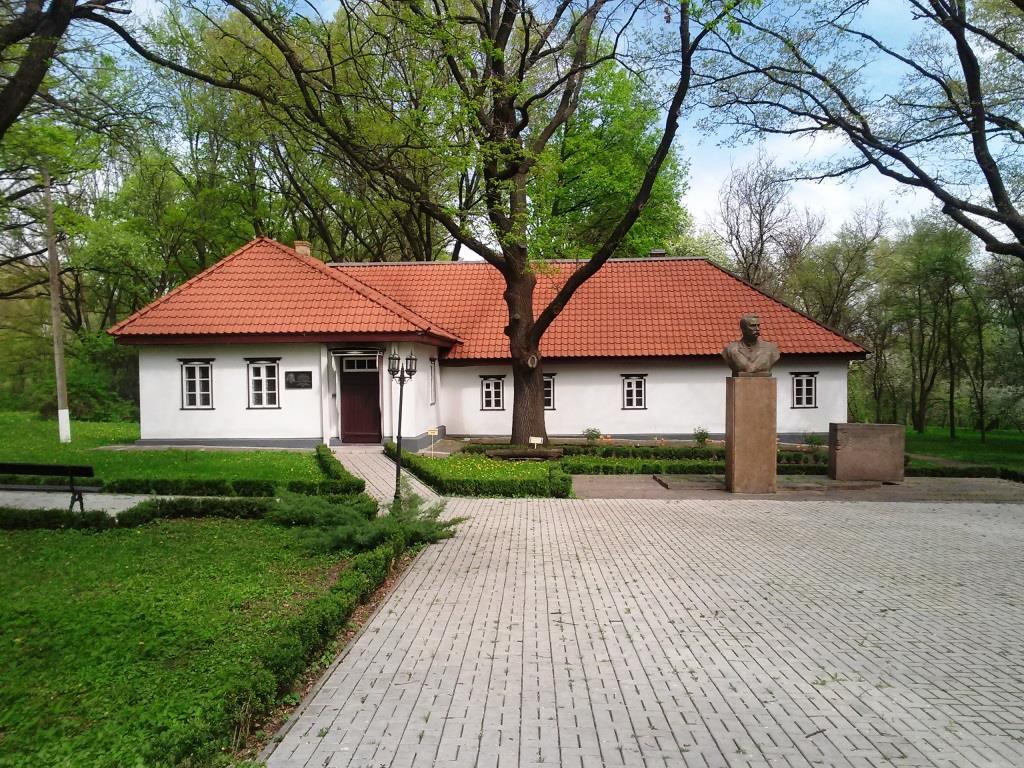 Відновлений будинок Івана Карпенко-Карого та пам'ятник.