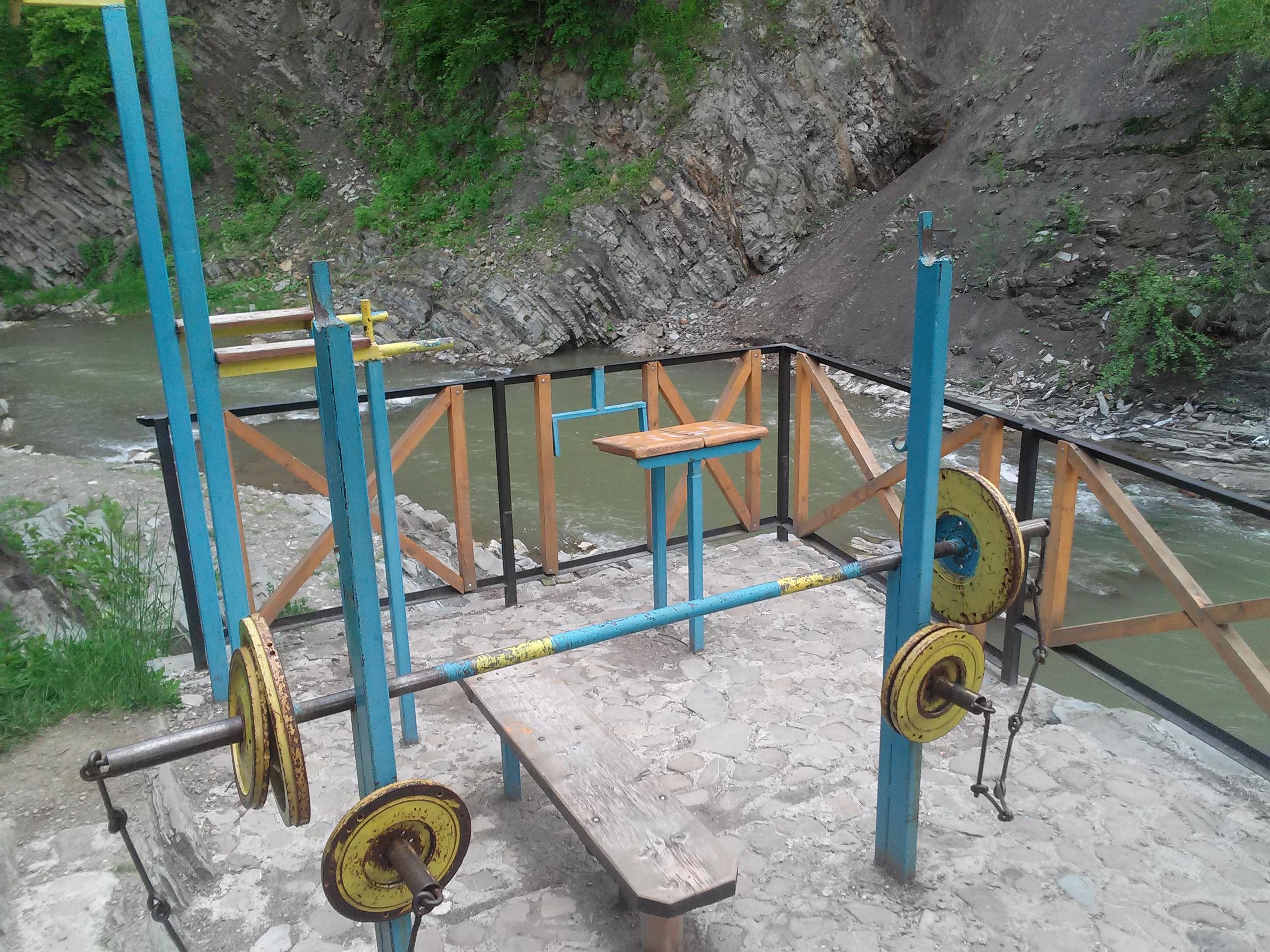 майданчик для силових вправ на березі р. Рибниця