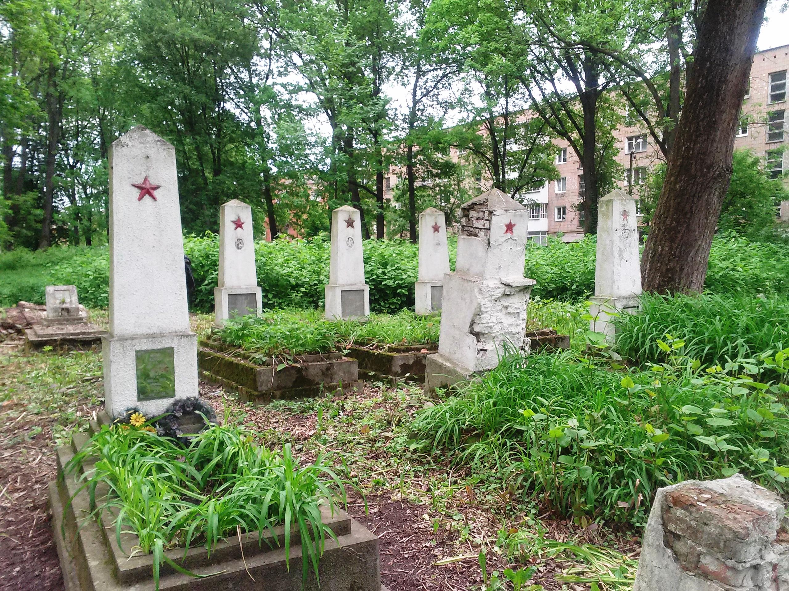 могили військовослужбовців Радянської армії, які загинули у боротьбі із загонами УПА в Карпатському краї.