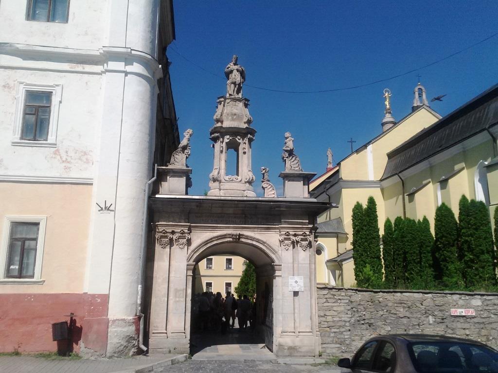 Вхід до Кафедрального костелу Петра й Павла.