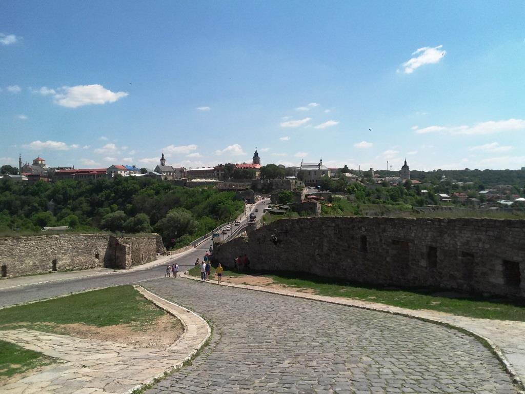 Вид на Замковий міст та Вірменський Бастіон з боку фортеці.